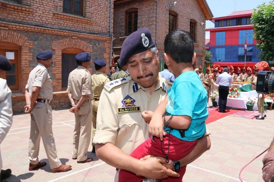 इस दौरान जम्मू-कश्मीर पुलिस में अधिकारी की आंखें नाम होगईं, जो अरशद के बच्चे को उनके पार्थिव शरीर के पास लेकर गए थे.SSPहसीब बच्चे को अरशद के पार्थिव शरीर के पास श्रद्धांजलि अर्पित कराने ले गए थे.(तस्वीर- जम्मू और कश्मीर पुलिस का ट्विटर)
