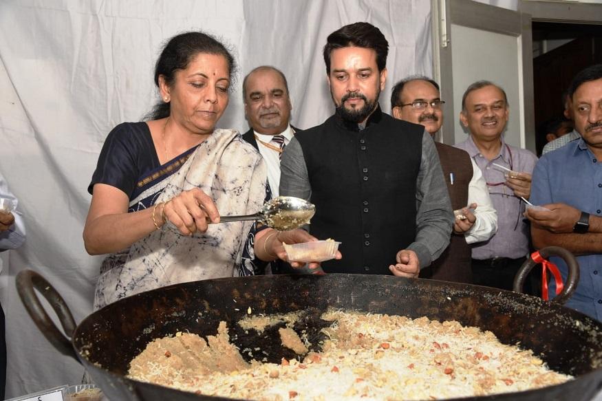 केंद्रीय वित्त मंत्री निर्मला सीतारमण पूर्ण बजट 5 जुलाई 2019 को पेश करेंगी. लेकिन बजट से जुड़े सभी डॉक्युमेंट की छपाई शुरू करने से पहले हलवा सेरेमनी मनाई जाती है.वित्त मंत्रालय के बेसमेंट में बजट के डॉक्यूमेंट्स की आधिकारिक छपाई हलवा सेरेमनी के साथ ही शुरू हो जाती है. ये हलवा वित्त मंत्री को ओर से लगभग 100 अधिकारियों और कर्मचारियों में बांटा जाता है.