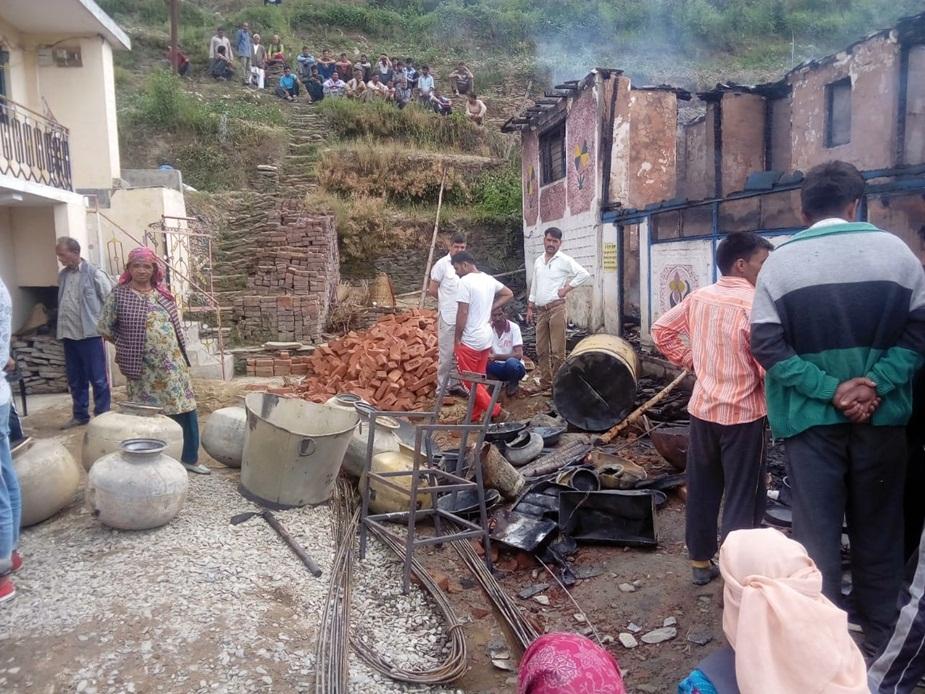 स्थानीय लोगों ने आग लगते देख मिलकर मवेशी मकान से बाहर निकालने में कामयाबी हासिल की और निकट ही आईपीएच के पानी के स्टोरेज टैंक से पाइप आदि जोड़कर आग बुझाने में ग्रामीणों के साथ जी तोड़ मेहनत की.