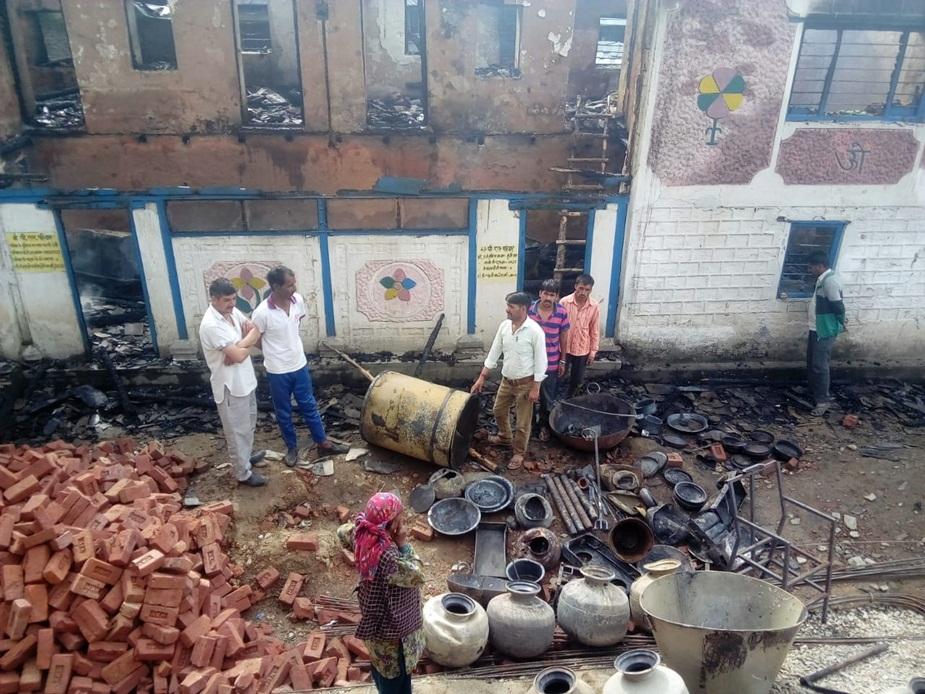 हिमाचल प्रदेश के सुंदरनगर उपमंडल की दुमट बहली पंचायत के कमांद गांव में आगजनी की घटना से 12 कमरों का दो मंजिला मकान जलकर राख हो गया है.