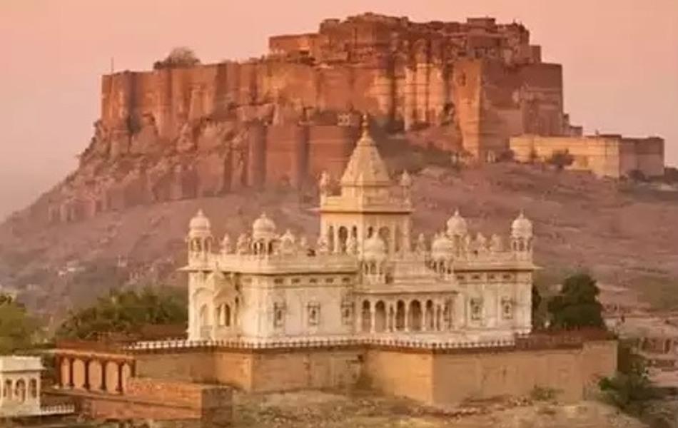 जोधपुर- साहस और शौर्य की भूमि जोधाणा यानी जोधपुर भी आज सेलिब्रिटिज के लिए हॉट वेडिंग डेस्टिनेशन बना हुआ है. जोधपुर का मेहरानगढ़ फोर्ट यहां की ऐतिहासिकता बताने के लिए पर्याप्त है. पूर्व राजघराने का विश्व प्रसिद्ध उम्मेद भवन पैलेस यहां की शान-ओ-शौकत की कहानी को बयां करता है. ब्लू सिटी के नाम से प्रसिद्ध जोधपुर में जसवंत थड़ा, चामुंडा माता मंदिर और मंडोर यहां की थाती है. पर्यटकों के आकर्षण के केन्द्र इन स्थानों पर जाकर एक अलग ही अनुभूति होती है. दिल्ली से सड़क मार्ग से करीब 586 किमी और रेलमार्ग से लगभग 612 किमी की दूरी पर स्थित जोधपुर में पर्यटकों के लिए हवाई सेवा भी उपलब्ध है. हालांकि गर्मी के मौसम में पर्यटक यहां जाने से थोड़ा हिचकता है, लेकिन फिर भी जोधपुर की गाथाएं उसे वहां खींच ले जाती हैं.