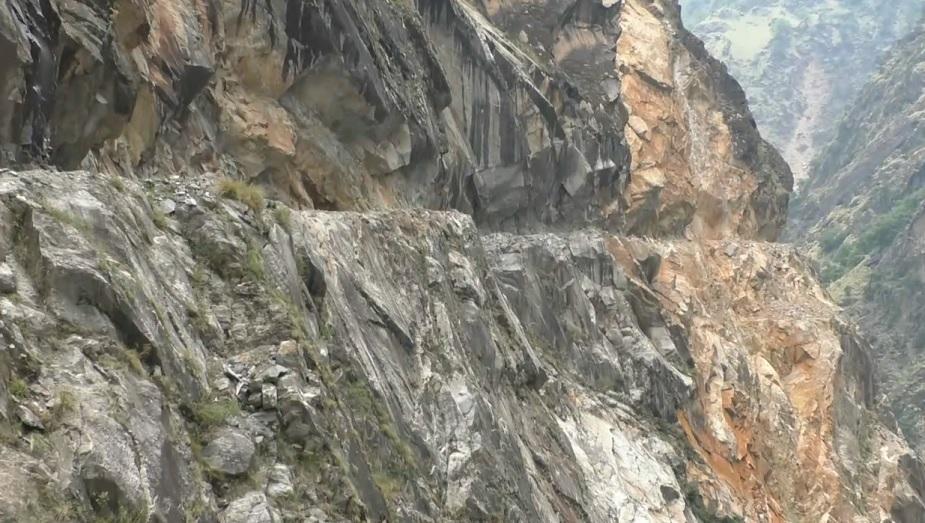 बीते सालों तक कैलाश यात्री घटियाबगड़ तक ही गाड़ी से सफर करते थे लेकिन अब बीआरओ ने नजंग से भी आगे तक खतरनाक पहाड़ियों में सड़क काट दी है.