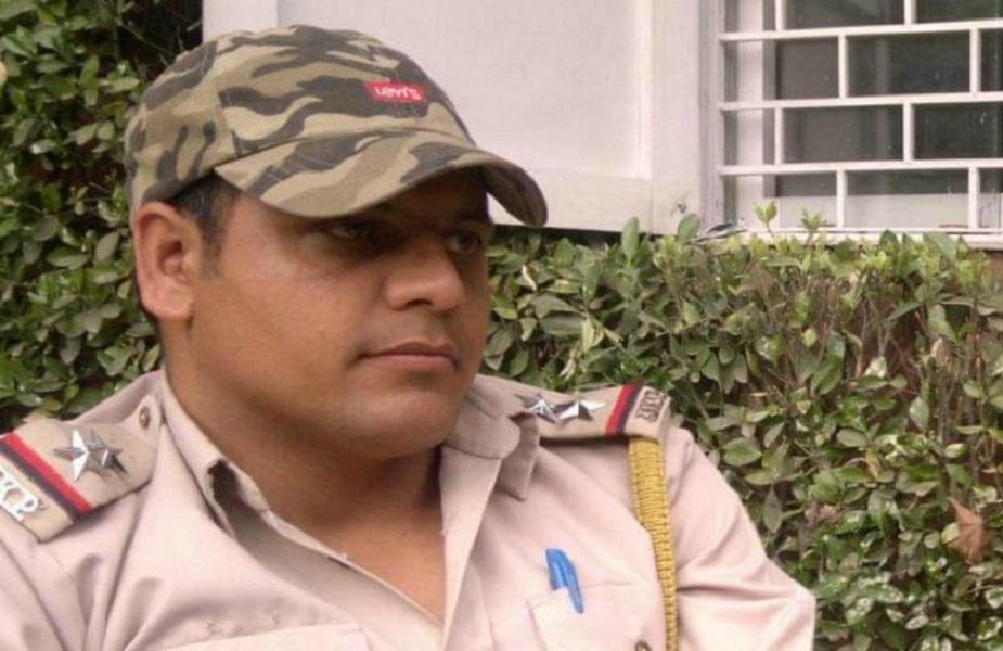 जम्मू-कश्मीर के पुलिस अधिकारी अरशद अहमद खान ने रविवार को दिल्ली के एम्स में आखिरी सांस ली और 'फादर्स डे' के मौके पर ही उनके दो छोटे बच्चों उहबान और दामिन के सिर से पिता का साया उठ गया. (फाइल फोटो)