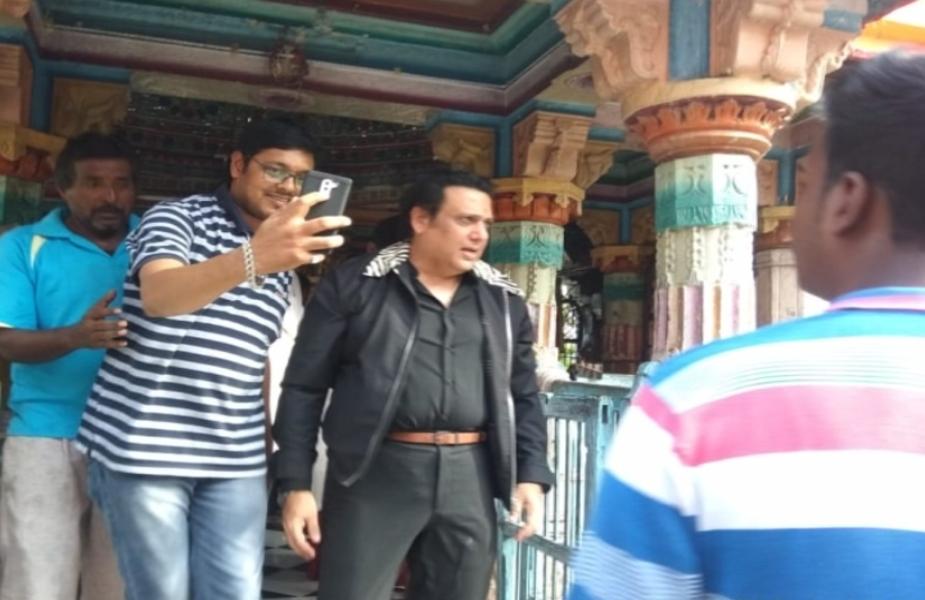 फिल्म अभिनेता गोविंदा खरगोन जिले की पवित्र नगरी महेश्वर में गंगा दशमी के पर्व पर बुधवार देर शाम अचानक पहुंचे. उन्हें देखकर सेल्फी लेने वालों की भीड़ लग गई.