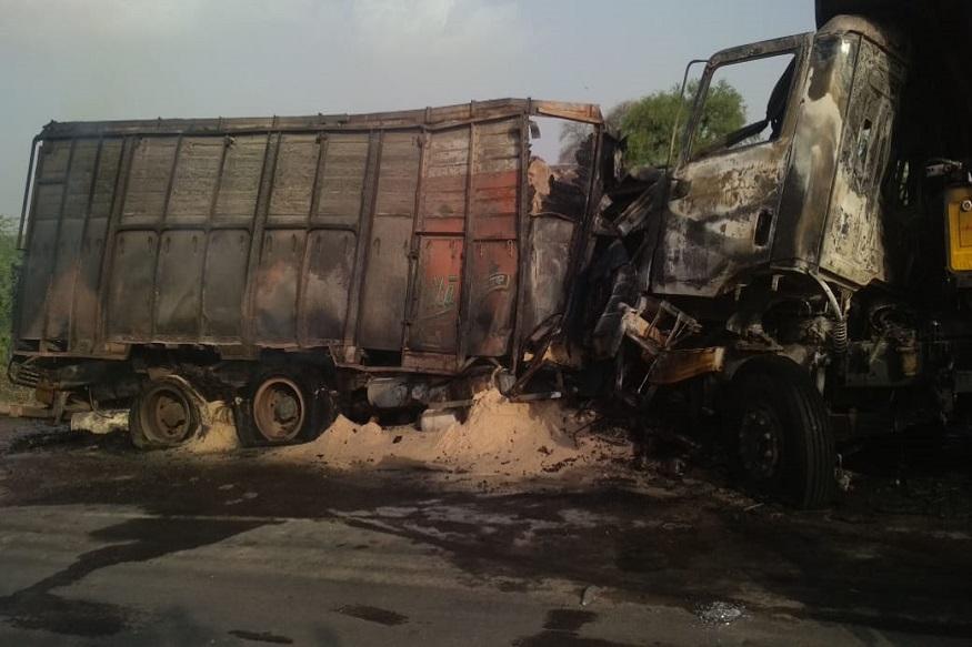 चरखी दादरी ने शनिवार को एक दर्दनाक सड़क हादसा हो गया. दादरी-दिल्ली रोड पर गांव समसपुर के समीप दो ट्रकों के बीच भीषण टक्कर हो गई. टक्कर के बाद एक ट्रक में आग लग गई औऱ उसमे मौजूद चालक जिंदा जल गया.