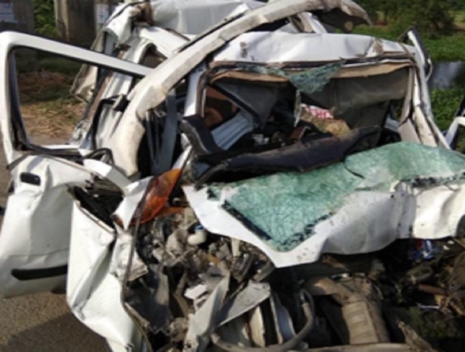टक्कर इतनी जबरदस्त थी कि कार के परखच्चे उड़ गए. हादसे में कार सवार तीन लोगों की मौके पर ही मौत हो गई, जबकि दो लोग घायल हो गए.