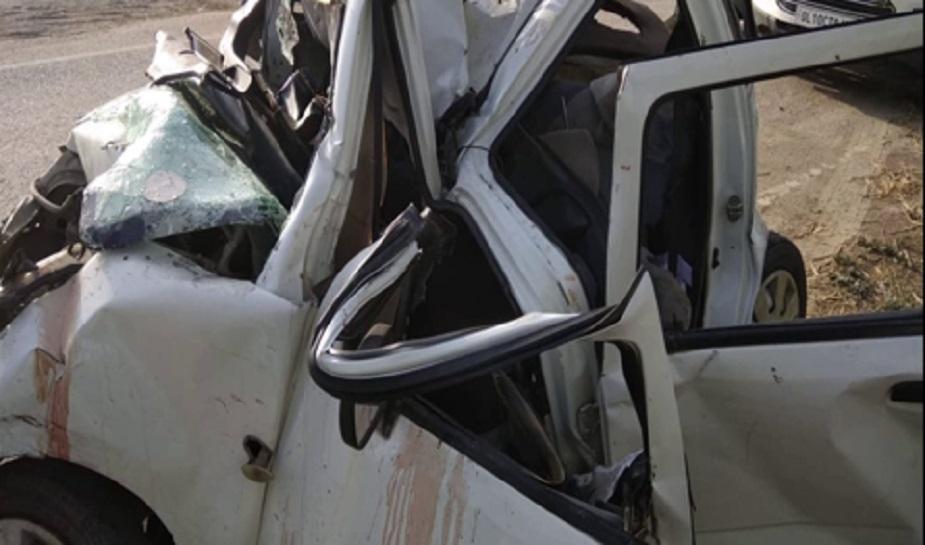 कार सवार सभी लोग दिल्ली के रहने वाले हैं. स्थानीय लोगों ने हादसे की सूचना पुलिस को दी. सूचना मिलते पुलिस मौके पर पहुंची और मामले की जांच शुरू कर दी.