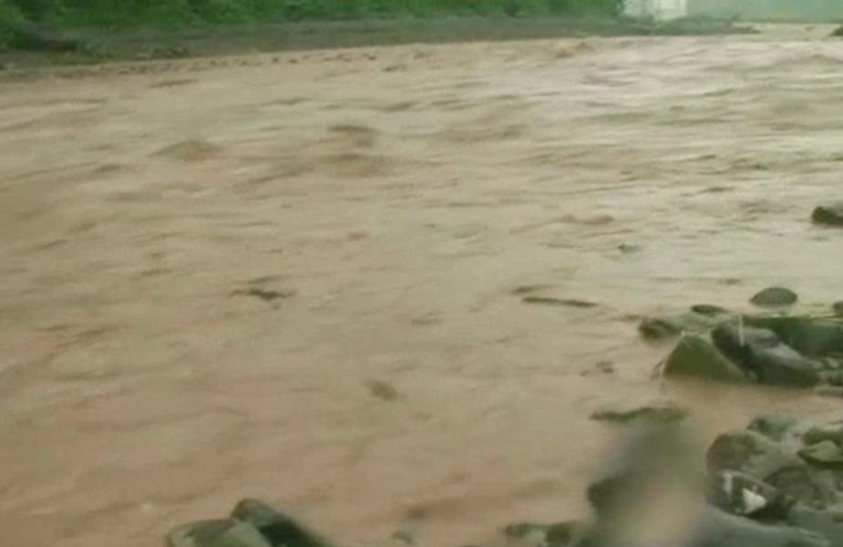 सिरमौर के डीसी ललित जैन ने बरसात और बाढ़ के खतरों से निपटने के लिए स्टेट हाईवे और राष्ट्रीय राजमार्ग पर हर 15 किलोमीटर के बाद जेसीबी मशीनें खड़ी रखने के आदेश दे दिए हैं.