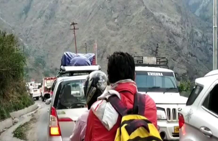 जनपद चमोली के यात्रा मार्ग में पीपलकोटी बाजार व जोशीमठ हेलंग व जोशीमठ मारवाड़ी बैंड के पास सड़क संकरी होने के चलते सबसे ज्यादा ट्रैफिक जाम देखने को मिल रहा है.