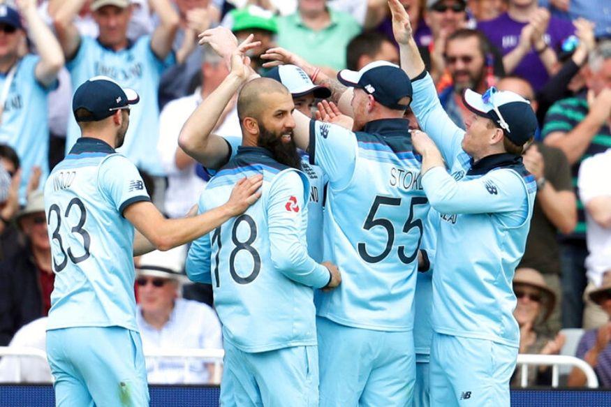 विकेट का जश्न मनाते इंग्लैंड की टीम