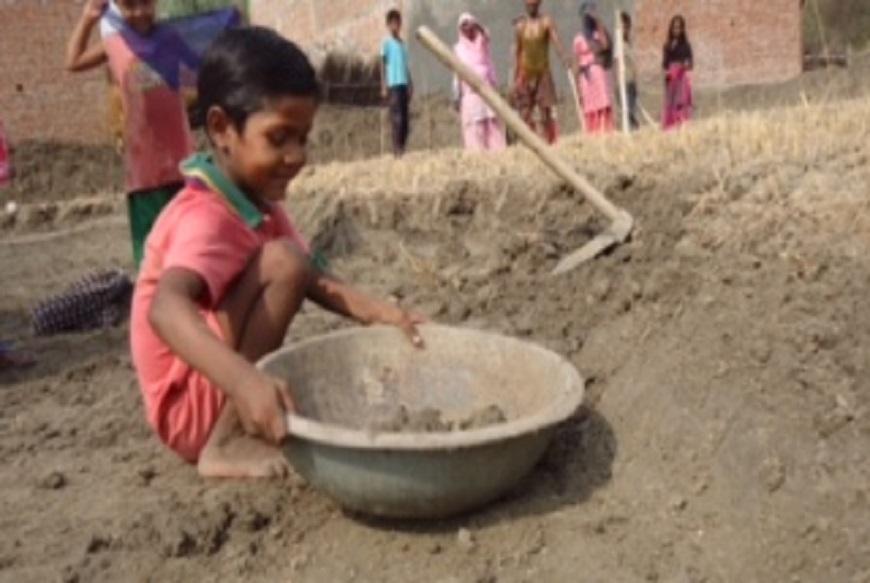 बांदा के बरक़त के लिए तो मिट्टी उठा कर सिर पर रखना और पटकना ही गर्मी की छुट्टी वाला खेल है, उसके साथ उसकी छोटी बहन इदरिस भी लगी हुई है.