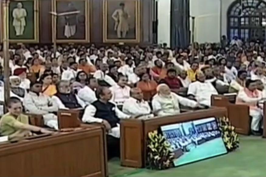 इस बाबत उन्होंने संसद में एक घंटे का अभिभाषण दिया. इस एक घंटे के अभिभाषण में कई मर्तबा सत्ता पक्ष के सांसदों ने मेजों को थप-थपाकर अपनी सरकार के किए गए कार्यों सरहाना की. लेकिन दो ऐसे मौके आए जब मेजों की थाप रुकने का नाम नहीं रे रही थी. उस दरम्यान आलम ये रहा कि राष्ट्रपति ने बोलना चाहा, लेकिन मेजों की थापों की गूंज इतनी थी कि उन्हें चुप होना पड़ा.