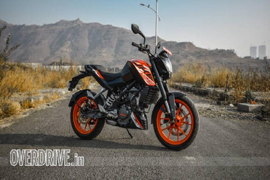 KTM ने इस साल दूसरी बार भारत में अपनी सबसे सस्ती बाइक 125 Duke की कीमत बढ़ा दी है. कंपनी ने KTM 125 Duke की कीमत में 5,000 रुपये की बढ़ोतरी की है और अब इसकी एक्स शोरूम कीमत 1.30 लाख रुपये हो गई है. भारत में यह बाइक 1.18 लाख रुपये की कीमत में लॉन्च की गई थी. इसके बाद कंपनी ने अप्रैल 2019 में इसकी कीमत 7,000 रुपये बढ़ाकर 1.25 लाख रुपये कर दी थी. अब करीब दो महीने बाद फिर इसकी कीमत बढ़ा दी गई.