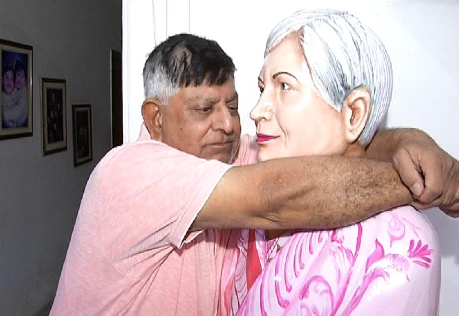 लेकिन विजय कुमार के लिए उनकी पत्नी मरी नहीं हैं बल्कि संगमरमर की बनवाई मूर्ति में वो उन्हें देखते हैं. विजय कुमार सुबह शाम इस मूर्ति के सामने बैठ कर अपनी पत्नी को अपने साथ महसूस करते हैं.
