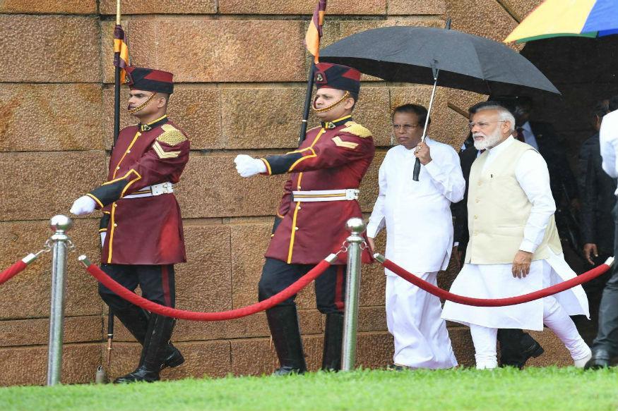 समिट के बाद पीएम मोदी जब बाहर निकले तो हल्की बारिश शुरू हो गई. उसी दौरान श्रीलंका के राष्ट्रपति मैत्रिपला सिरिसेना ने पीएम मोदी के सिर छाता लगा दिया. पीएम मोदी चलते रहे और उनके साथ मैत्रिपला सिरिसेना छाता लेकर चलते रहे.