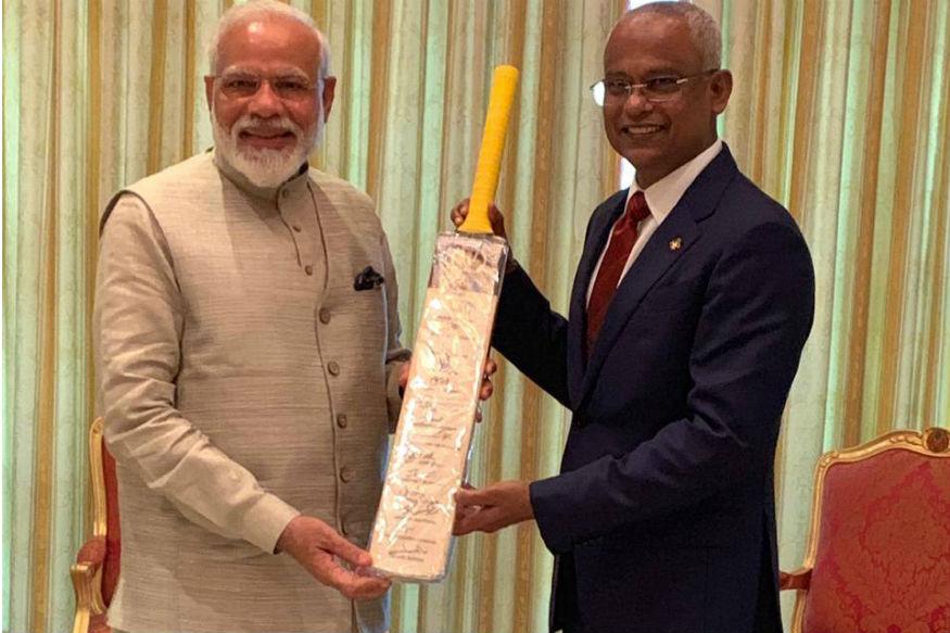 इस दौरान पीएम मोदी ने ट्वीट किया, मेरे मित्र, राष्ट्रपति इब्राहिम मोहम्मद सोहिल क्रिकेट के प्रशंसक हैं. इसलिए मैंने उन्हें एक क्रिकेट बैट भेंट किया है. इस बैट पर विश्व कप खेलने वाली भारतीय टीम के हस्ताक्षर हैं.