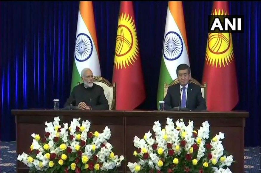प्रधानमंत्री नरेंद्र मोदी शंघाई सहयोग सम्मेलन (एससीओ) में भाग लेने किर्गिस्तान गए हुए हैं. इस दौरान उभरते भारत की कई तरह की तस्वीर सामने आई. कहीं वैश्विक स्तर की शक्तियां पीएम मोदी की सराहना करती दिखीं तो कहीं कुछ देशों के राष्ट्राध्यक्ष पीएम मोदी के सम्मान में प्रोटोकॉल तोड़ते नजर आए.