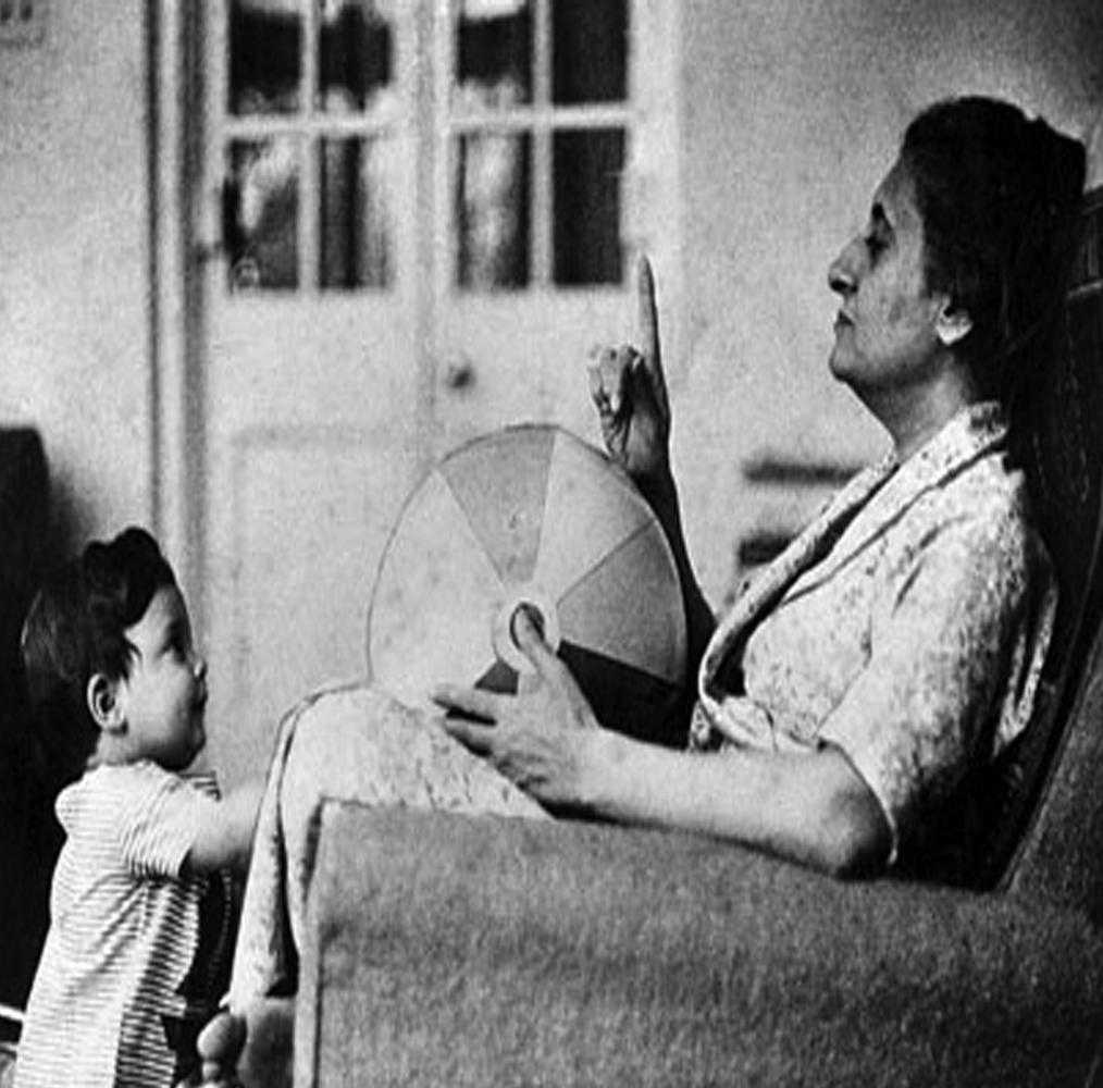 राहुल गांधी को खामोश शामें बहुत पसंद हैं. इसके साथ ही उन्हें दुनिया की चकाचौंध भी खूब लुभाती है. वे रिश्तों को बहुत अहमियत देते हैं. राहुल गांधी को लोग प्यार से आरजी भी कहते हैं.