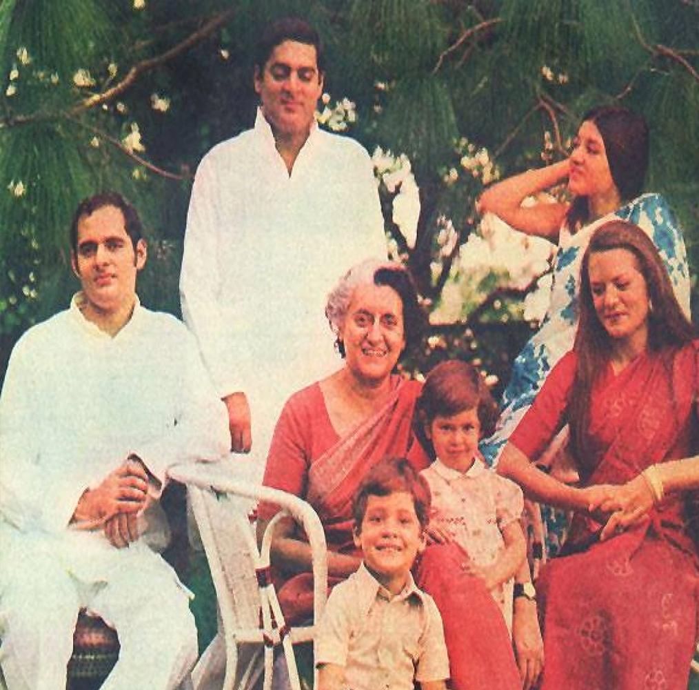 राहुल गांधी अपने परिवार को बहुत अहमियत देते हैं. पूरे परिवार के साथ रहना उन्हें पसंद है. हालांकि, राजनीतिक महात्वाकांक्षाओं के कारण चाची मेनका गांधी और भाई वरुण गांधी अलग रहते हैं.