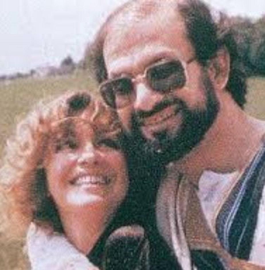 मैरिएन विगिंस : पहली शादी टूटने के सिर्फ तीन महीने बाद ही 1988 में रुश्दी ने लंदन में रहने वाली अमेरिकी उपन्यासकार और लेखिका विगिंस के साथ दूसरी शादी रचाई थी. लेकिन यह दूसरी शादी सिर्फ पांच साल की कहानी साबित हुई और 1993 में दोनों अलग हो गए. कहा गया था कि सैटेनिक वर्सेस उपन्यास को लेकर जारी हुए फतवों के बाद रुश्दी को जान का खतरा था और विगिंस उनके साथ अंडरग्राउंड रहकर नहीं जी सकती थीं इसलिए तलाक हुआ. लेकिन, तलाक के बाद विगिंस ने कहा था, जो लोग रुश्दी को चाहते हैं, उन्हें दुआ करनी चाहिए कि वो आदमी भी उतने ही बड़े हों, जितने बड़े उनके जलसे हुआ करते हैं.