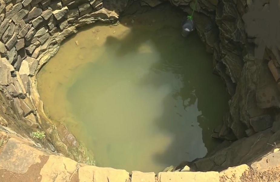 वहीं, यूपी के प्रयागराज में लोग जल संकट का सामना कर रहे हैं. यहीं शंकरगढ़ में रूम गांव के निवासी पीने के पानी के लिए गड्ढे खोदते हैं.