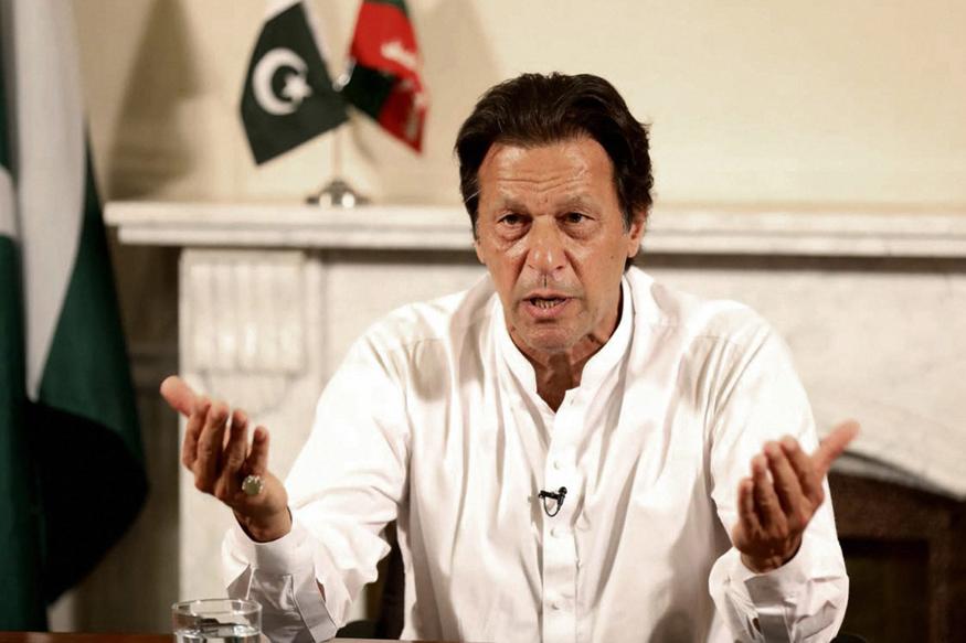 पाकिस्तानी प्रधानमंत्री इमरान खान 21 जुलाई को अमेरिका की यात्रा पर जा रहे हैं. एक्सप्रेस ट्रिब्यून के मुताबिक फिजूलखर्ची रोकने के लिए इमरान खान चार्टर प्लेन के बजाय कमर्शियल फ्लाइट से यूएस जाएंगे.