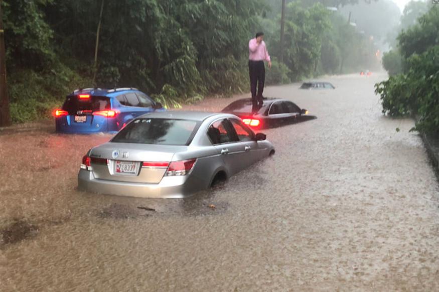 वॉशिंगटन का ज्यादातर हिस्सा बाढ़ की चपेट में आ गया है. एक तस्वीर में देखा जा सकता है कि सड़क पर खड़ी कारें पूरी तरह से डूब गई हैं और लोग कार की छप पर खड़े होकर मदद मांग रहे हैं.