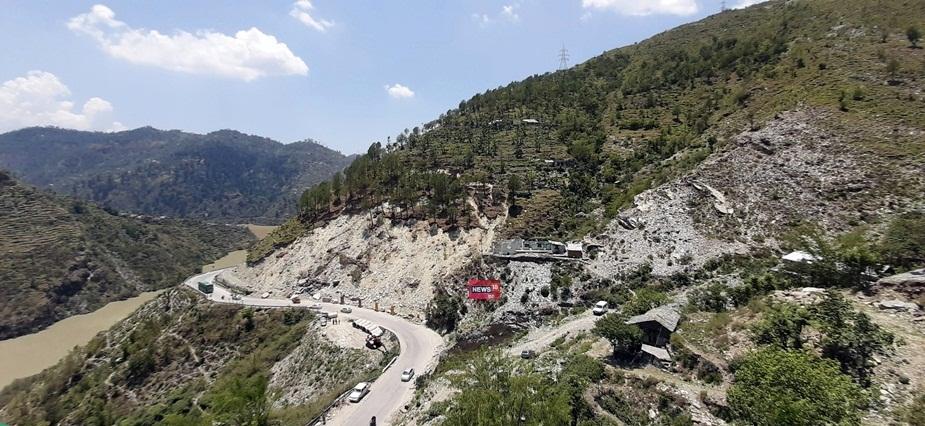 हिमाचल प्रदेश के मंडी जिले में चंडीगढ़-मनाली नेशनल हाईवे पर डयोड के पास जिस पहाड़ी के दरकने का खतरा बना हुआ है, उस पहाड़ी को दरकने से रोकने के प्रयास शुरू हो गए हैं. मंडी जिला प्रशासन के निर्देशों पर एफकॉन कंपनी ने स्लाईडिंग एरिया के पास क्रेट वॉल लगाने का कार्य तेज कर दिया है.