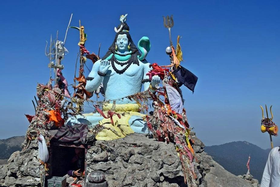 बाहरी हिमालय की सबसे ऊँची चोटी और सप्तम कैलाश कहे जाने वाले शिरगुल महादेव के पावन स्थल चूड़धार मंदिर में लाखों श्रद्धालुओं की आस्था से प्रशासन और मंदिर प्रबंधन खिलवाड़ कर रहा है.