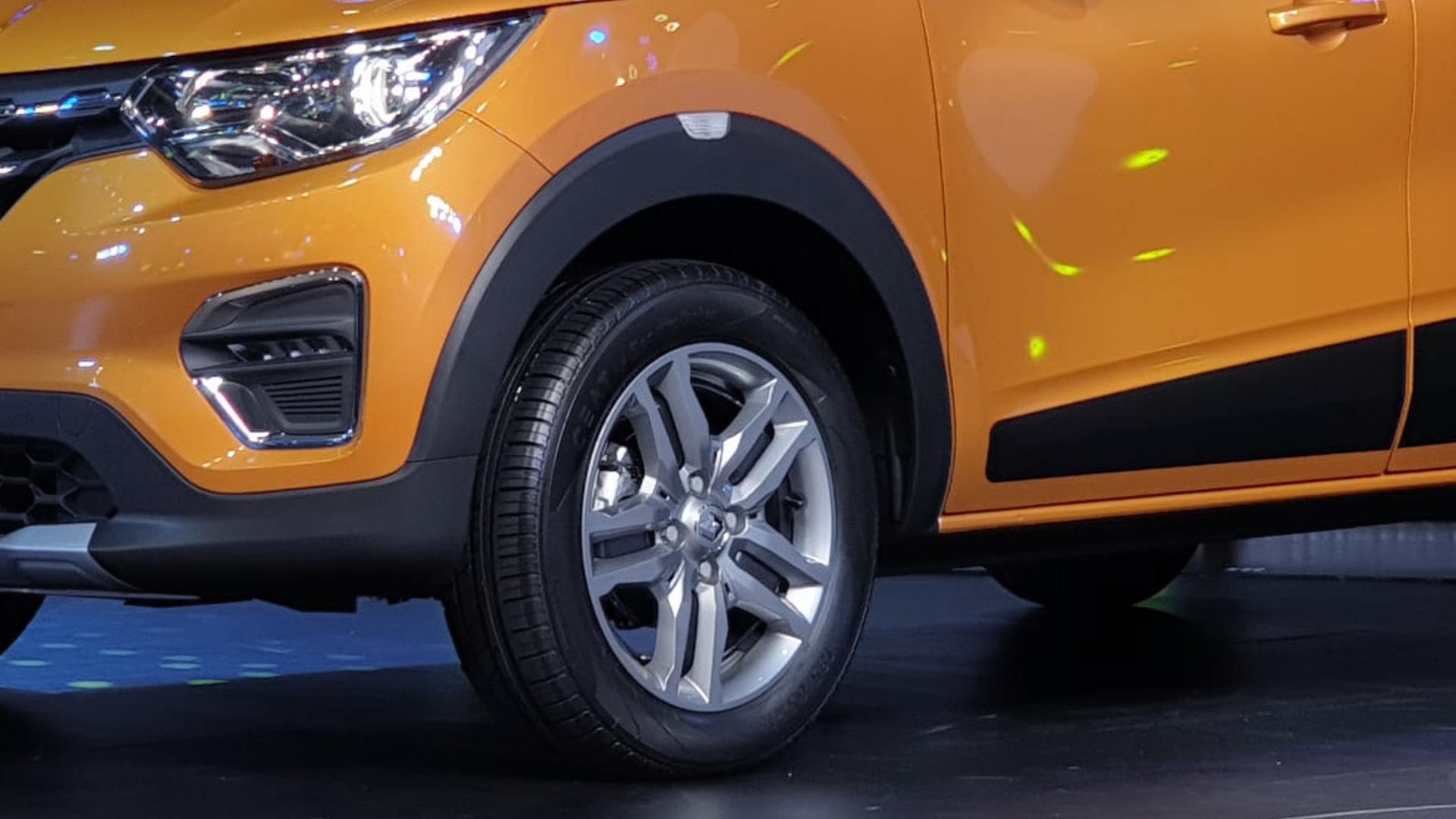 रेनॉ का कहना है कि Triber कोई MPV नहीं है, बल्कि ये अपना ही एक नया सेगमेंट बनाएगी. ये मॉडल लाइन-अप में क्विड और डस्टर के बीच में रहेगी. रेनॉ ट्राइबर के लॉन्च होते ही उसका सीधा Maruti Suzuki Swift और Hyundai Grand i10 से होगा.