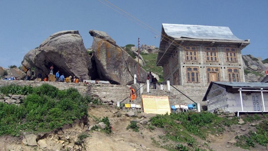 हिमाचल-उत्तराखंड सहित देश-विदेश से शिव भक्त यहाँ दर्शन के लिए 18 किमी का पैदल पैदल सफ़र कर पहुँचते हैं.