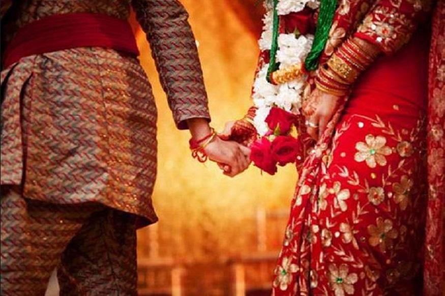 दूल्हे की दूसरी पत्नी ने आरोप लगाया की इस शख्स से उसकी शादी हुई थी और तलाक के लिए अदालत में केस चल रहा है. इसमें अभी फैसला नहीं अया है. वह तीसरी शादी रचाने विदेश से 8 दिन पहले ही भारत आया है.
