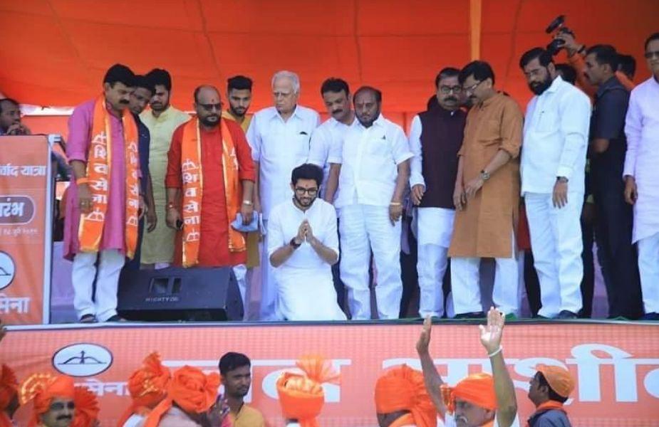 शिवसेना सुप्रीमो उद्धव ठाकरे के बेटे आदित्य ठाकरे महाराष्ट्र की यात्रा पर हैं. पार्टी की तरफ से भी साफ कर दिया गया है कि अब आदित्य ठाकरे को राज्य का सीएम बनना चाहिए. आदित्य खुद से तो कुछ नहीं कह रहे हैं लेकिन शिवसेना की तरफ से आए बयान ने राजनीतिक मंशा साफ कर दी है. आदित्य की रैली में बड़ी संख्या में भीड़ भी जुट रही है. क्या ये महाराष्ट्र की राजनीति में किसी नई करवट का संदेश है?