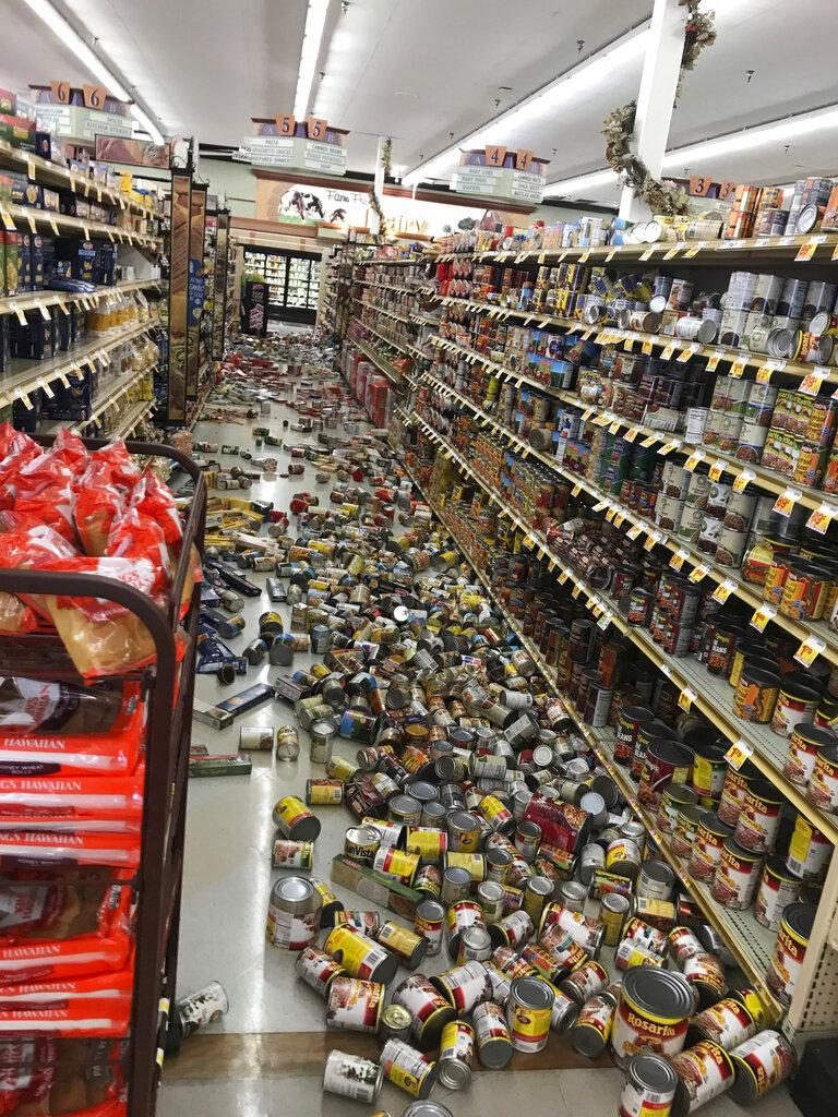 भुकंप की वजह से दुकान के सारे सामान बिखर गए.