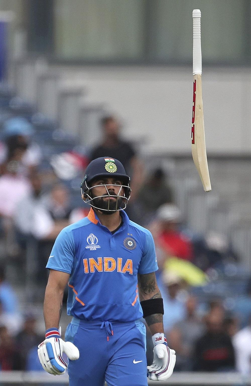 रोहित ने सिर्फ एक रन पर पवेलियन लौटने के बाद विराट कोहली को उम्मीद थी कि वह इस नुकसान की भरपाई कर लेंगे, लेकिन अगले ही पल वह भी एक रन बनाकर ट्रेंट बोल्ट की गेंद पर एलबीडब्ल्यू हो गए. कोहली जानते थे कि उनके पवेलियन लौटने से टीम को एक और बड़ा नुकसान हुआ और अपने आउट होने का गुस्सा उन्होंने अपने बल्ले पर इस तरह से निकाला.