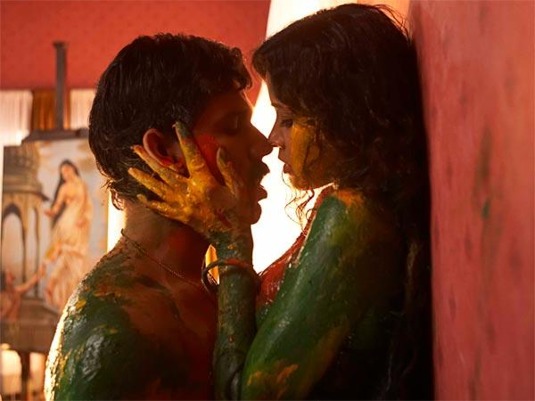 मशहूर पेंटर राजा रवि वर्मा के जीवन पर आधारित फिल्म रंगरसिया में रणदीप हुड्डा और नंदना सेन का एक बोल्ड सीन इंटरनेट पर लीक हो गया था. इस सीन ने फिल्म को जबरदस्त सुर्खियां दिलाई थीं. इसके बाद इसी फिल्म के कई और सीन भी लीक हुए थे.