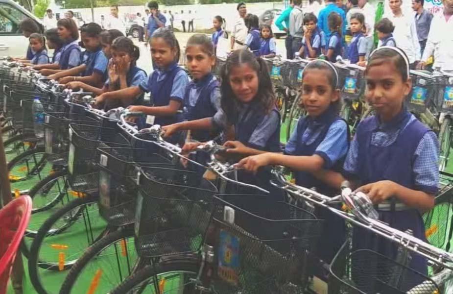 पिछले दिनों जिले के प्रभारी मंत्री कमलेश्वर पटेल ने स्कूल चले हम अभियान का शुभारंभ करने के साथ स्कूली बच्चों को साइकल वितरण किया लेकिन सरकारी आयोजन की औपचारिकता पूरी करके शिक्षा विभाग ने सारी साइकलें वापस रख दी. जब मामला उजागर हुआ तो अधिकारी तत्काल साइकलें वितरित करने की बात कहने लगे.
