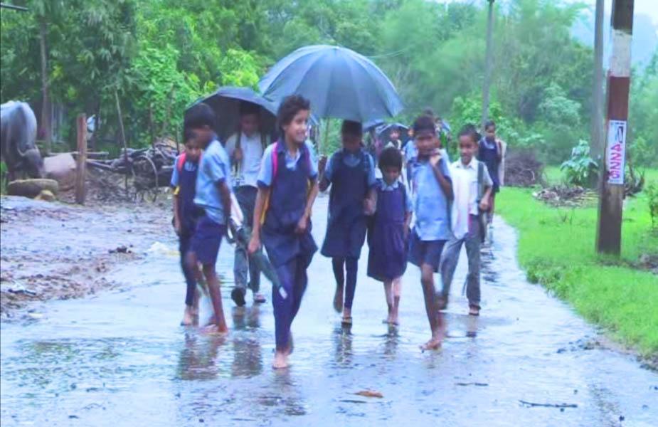बच्चों को समय से साइकलें ना मिलने से उन्हें मीलों दूर से बारिश में भीगते हुए पैदल स्कूल पहुंचना पड़ता हैं. बच्चों को अगर समय पर सरकारी साइकल मिल जाती तो ये कई घण्टों की बजाय मिनटों में स्कूल पहुंच जाते.