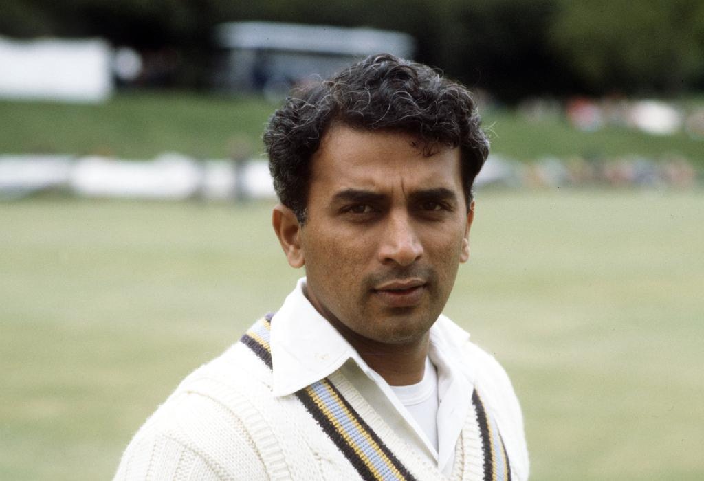 भारतीय क्रिकेट में लिटिल मास्टर के नाम से प्रख्यात सुनील गावस्कर बुधवार को 70 साल के हो गए. इस दिग्गज के जन्मदिन पर ट्विटर पर उन्हें बधाई देने वालों का तांता लग गया. वीवीएस लक्षम्ण से लेकर शिखर धवन तक ने उन्हें जन्मदिन की बधाई दी. (AP)