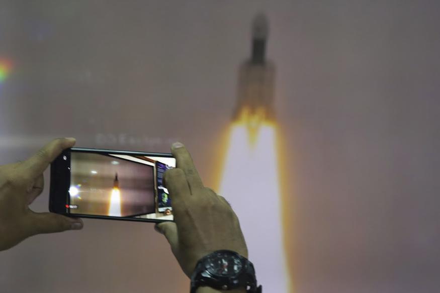 तीन मोड्यूल- ऑर्बिटर, लैंडर और रोवर वाला 3850 किलोग्राम वजनी 'चंद्रयान-2' को पृथ्वी की कक्षा में पहुंचाया गया.