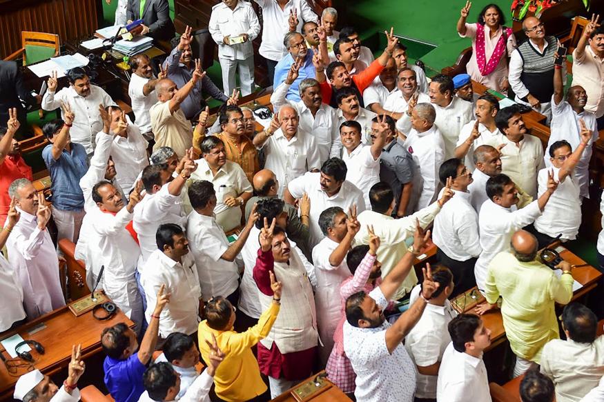 शक्तिपरीक्षण में कुमारास्वामी को हराने के बाद अपने समर्थकों के साथ येदियुरप्पा