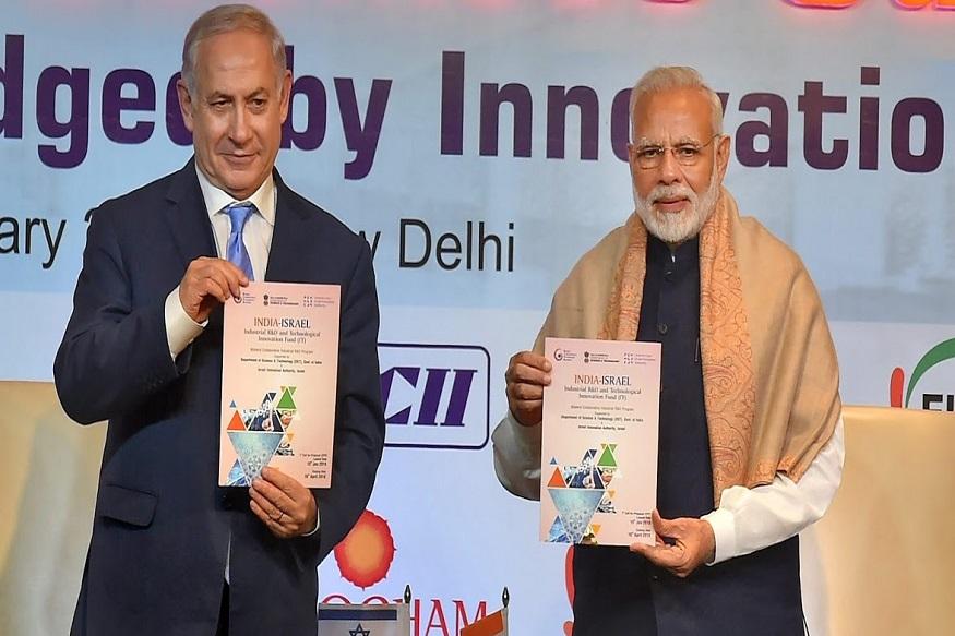 उन्होंने लिखा है कि येरुशलम में पीएम कार्यालय के सूत्रों का दावा है कि वे नई दिल्ली में अपने समकक्षों के पास पहुंचे और निमंत्रण देने का अनुरोध किया. नेतन्याहू भारत पहुंचेंगे, तस्वीर लेंगे, यात्रा को इजरायल की सुरक्षा और आर्थिक हितों के लिए बहुत महत्वपूर्ण बताएंगे. PTI Photo by Kamal Kishore