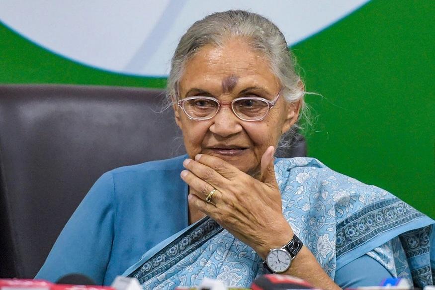 शीला ने कहा- जब मैं जंतर मंतर पहुंची, तो मैंने देखा कि कुछ लोगों ने मेरी उपस्थिति का प्रतिरोध किया, लेकिन किसी ने भी मेरे साथ दुर्व्यवहार नहीं किया या मेरा रास्ता रोकने की कोशिश नहीं की, क्योंकि मैंने निर्भया के लिए एक मोमबत्ती जलाई थी. (PTI Photo/Vijay Verma)