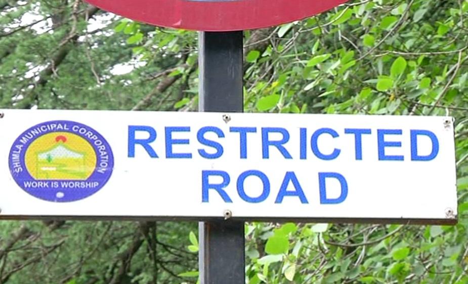 शिमला में कई मार्गों पर गाड़ी ले जाना वर्जित है.