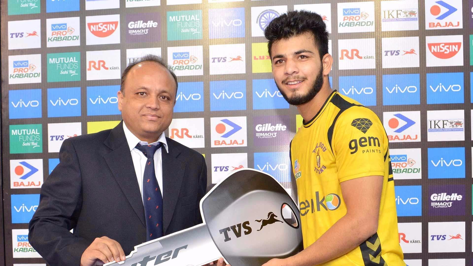 विशाल भरद्वाज- युवा खिलाड़ी हैं जिन्होंने अपने बेहतरीन गेम से तेलुगु टाइटंस को सीजन 6 में कई जीत का हक़दार बनाया था. पिछले सीजन में उन्होंने 17 मैचों में 60 टैकल अंक हासिल किए थे. उनकी खास तकनीक बहुत से खिलाड़ियों के लिए एक मुसीबत साबित हुई है और यही बात उन्हें लीग का एक स्टार डिफेंडर बनाता है. (twitter)