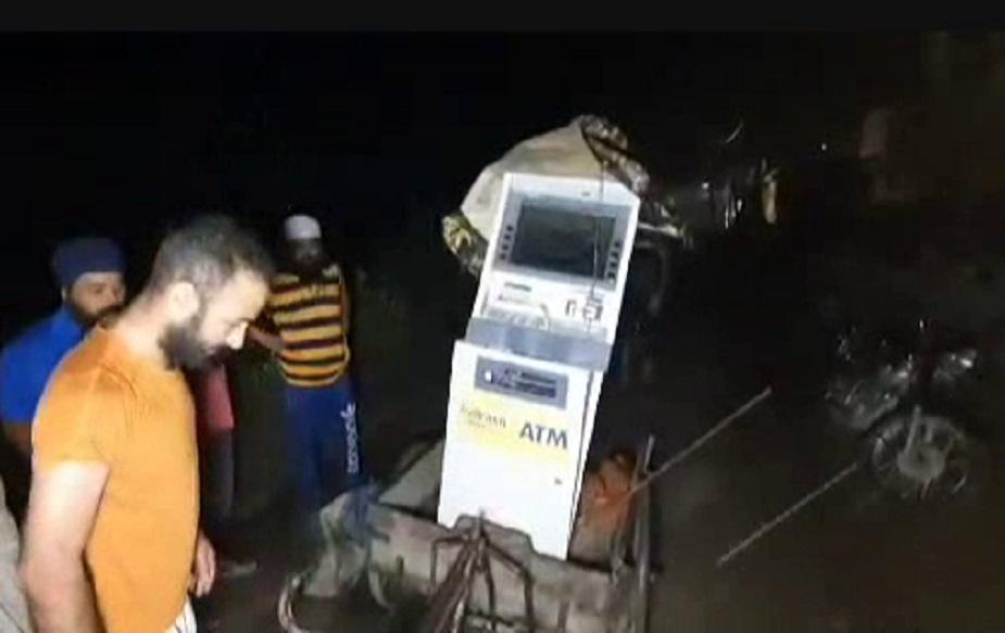 पुलिस ने बताया सुबह करीब 3 बजकर 30 मिनट पर तीन युवक ठेले को खींचते हुए ले जा रहे थे. इस ठेले में उन्होंने एटीएम मशीन को चढ़ा रखा था. चोरों ने एटीएम मशीन को कपड़े से बांध रखा. चोरों के पास एक बाइक भी.