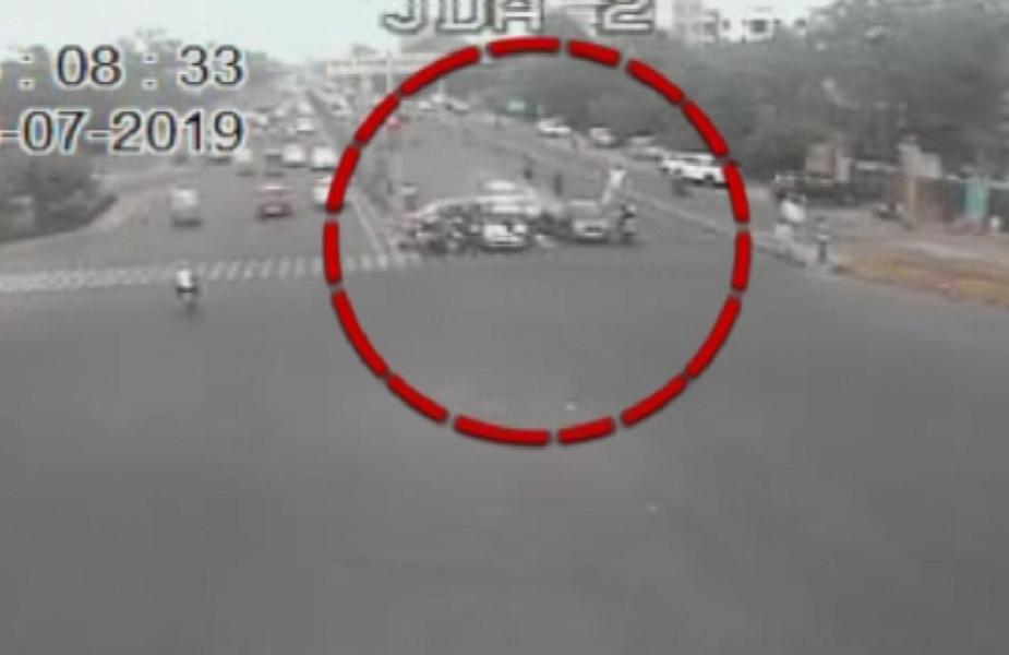 तेज रफ्तार कार ने जेडीए चौराहे पर कई वाहनों को टक्कर मारते कई लोगों को रौंद दिया