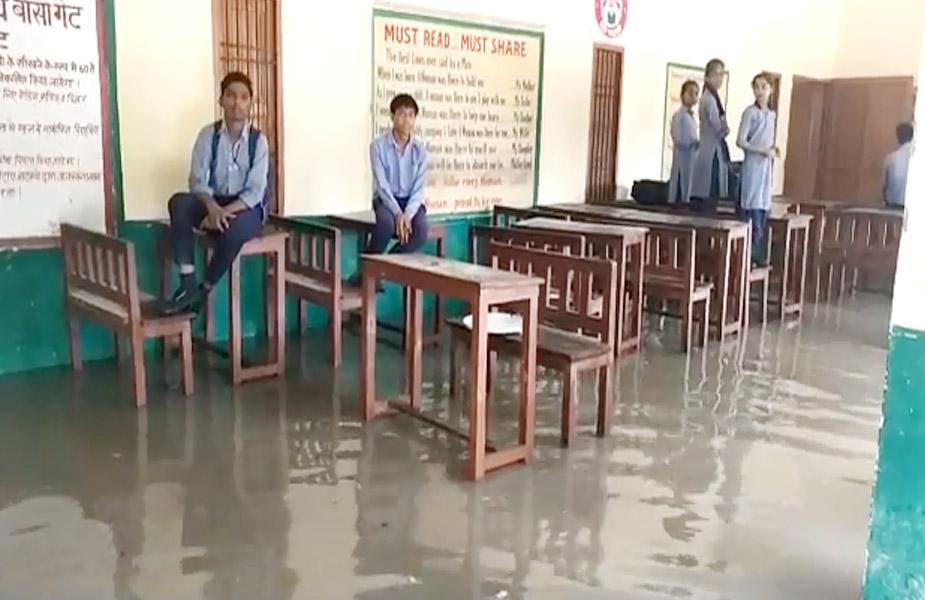 water in classroom-क्लास में भरा पानी