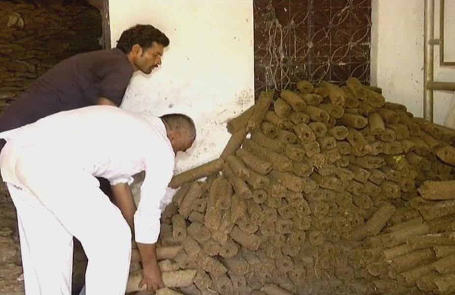 लकड़ी बनाने के लिए गौ शाला के गोबर का हो रहा इस्तेमाल