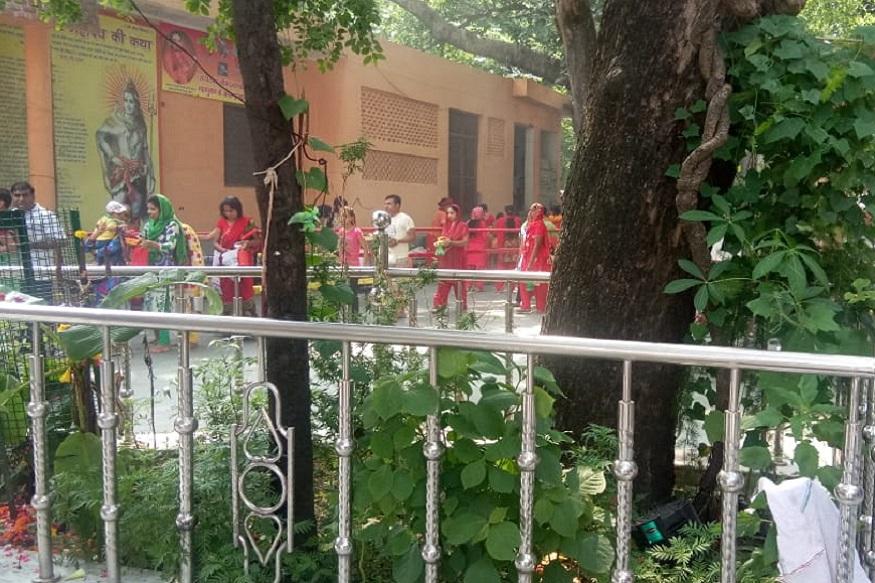 सावन के पहले सोमवार को हरिद्वार के बिल्वकेश्वर महादेव मंदिर में बड़ी संख्या में श्रद्धालु पहुंच रहे हैं. पुराणों के मुताबिक मां पार्वती ने में बिल्व वृक्ष के नीचे 3000 साल तक भगवान शिव को वर के रूप में चाहने के लिए तपस्या की थी जिसके बाद भगवान भोले नाथ ने प्रसन्न होकर वर के रूप में विवाह का आशीर्वाद दिया था. सावन के पहले सोमवार पर बिल्वकेश्वर महादेव मंदिर में बड़ी संख्या में श्रद्धालु पहुंचे और पूजा अर्चना की.